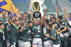 Palmeiras levantando a taça do Paulistão